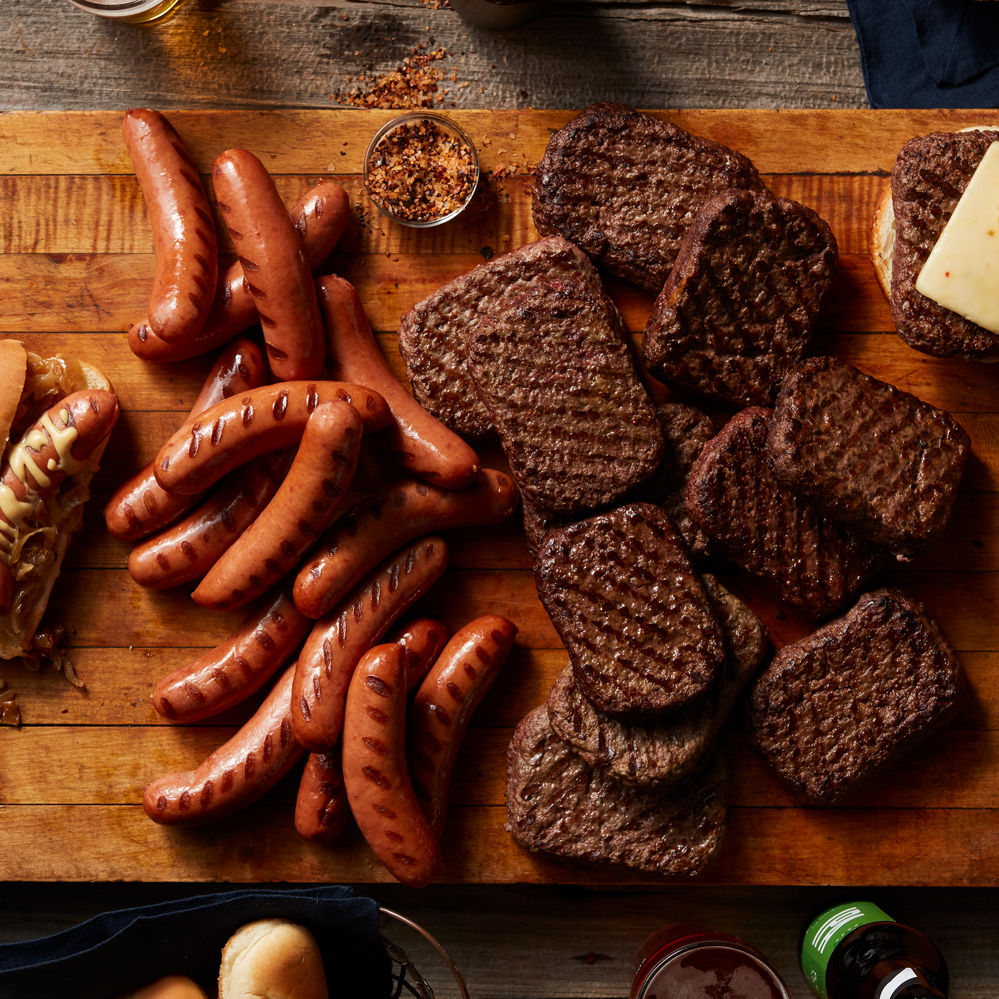 No need for Dad to choose between a brat and a burger bar at his Father's Day cookout! This gift features 16 plump, juicy brats and 12 Prime Burger patties so he can create the ultimate backyard feast!